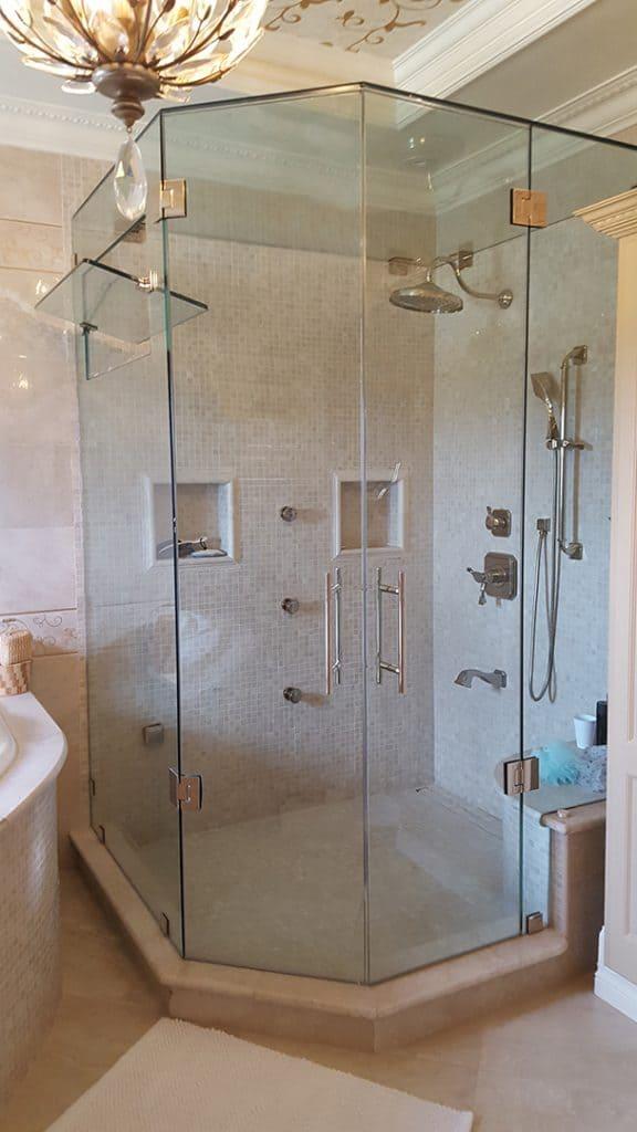 主浴室淋浴,双外摆Aldora玻璃淋浴门,玻璃淋浴墙,步入式淋浴,镀铬装饰