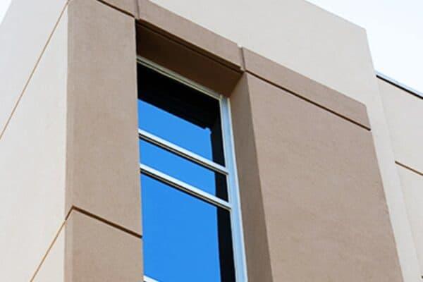 Aldora SMI-090窗户从一栋商业水泥建筑的角落向下延伸