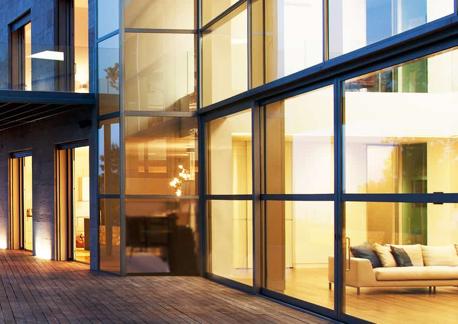 外观高速壮大玻璃墙壁,砖路面在建筑物前奔跑,夜景