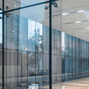 这是一间空房间,它的入口是全玻璃的,窗外是城市的人行道。