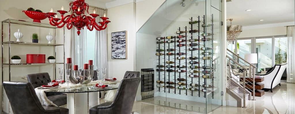 看着装着SMI-45 Aldora酒杯的酒窖。房间后面是楼梯、家具和一扇露台门
