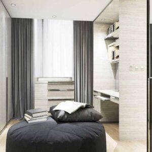 走进壁橱,在房间中央放一把椅子,在远处的墙上放一扇窗户。橱柜,手架和Aldora定制的镜子壁橱门覆盖其他墙壁。