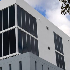 现代混凝土和玻璃大型商业建筑,石阳台,玻璃幕墙,aldora的前置系统。