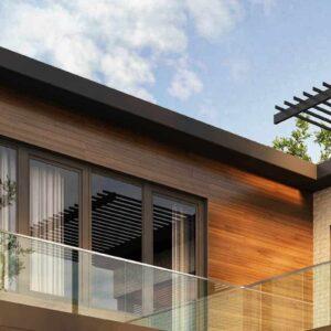 在建筑物的外部看到阿尔多拉层压玻璃窗,具有木镶板墙壁,带有玻璃栏杆的门廊和木板廊屋顶。