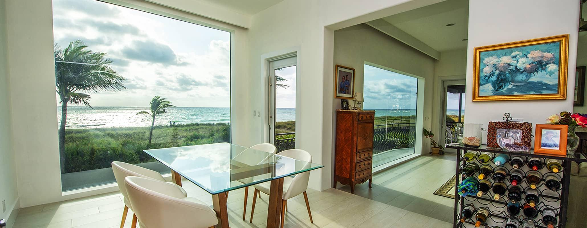 饭厅的玻璃桌,4把椅子,酒吧,由Aldora望着地板到天花板的FS-300马克西观影响店面系统,现代室内设计,通过撞击窗户海景