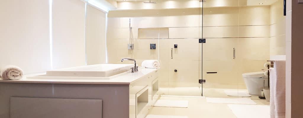 淋浴玻璃硬件由Aldora,步入式淋浴,浸水浴缸,瓷砖,豪华主浴室,玻璃淋浴墙由Aldora