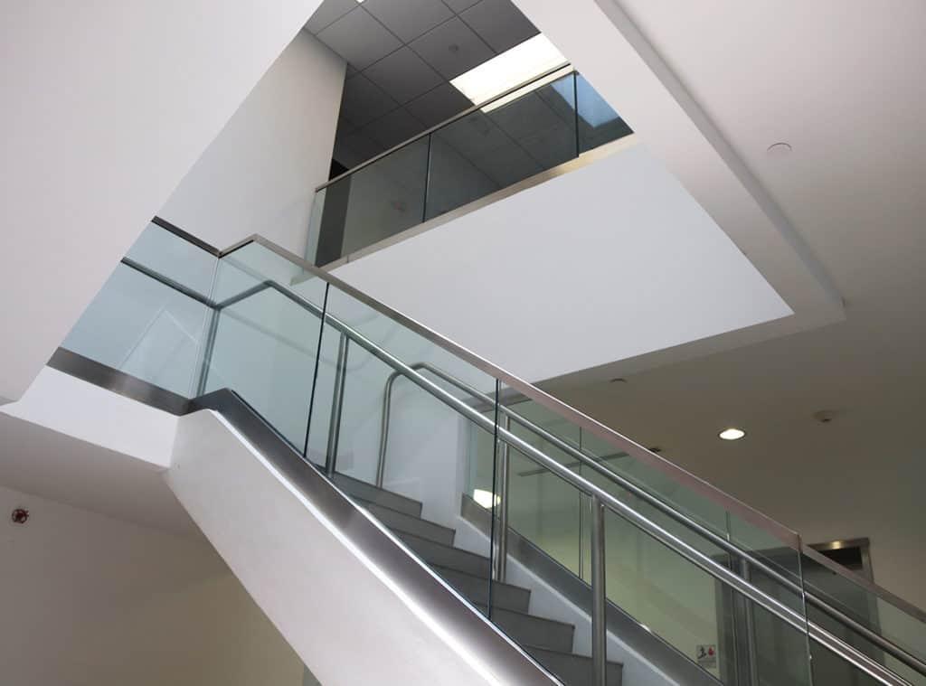 夹胶玻璃栏杆的向上视图
